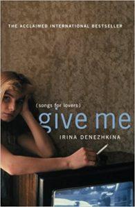 """Naslovnica engleskog prijevoda romana Irine Denežkine """"Give Me (Songs for Lovers)"""". Djevojka s cigaretom u ruci naslanja se na crno-bijeli televizor, ornamentirane tapete su u pozadini."""
