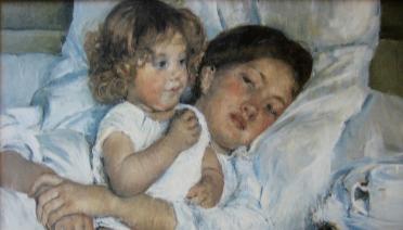 Slika majke koja leži u krevetu s malenim djetetom koje sjedi pokraj nje