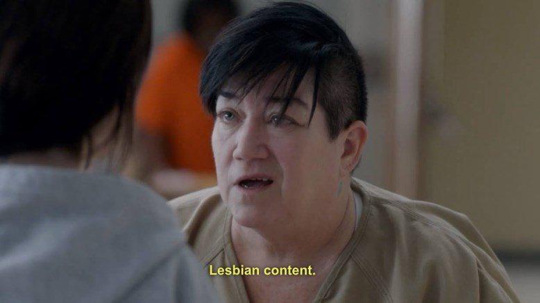 """Krupni plan Big Boo, jedne od junakinja serije """"Orange Is the New Black"""". Ispod fotografije piše: """"Lesbian content."""""""